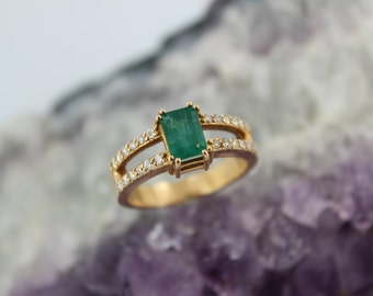 Brazilian Emerald Ring in 18K Yellow Gold with Diamonds