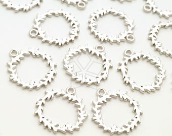 PD-2291-MS / 2 Pcs - Christmas Wreath Charms, Christmas Pendant, Holiday Charm, Matte Silver Plated over Brass / 14mm