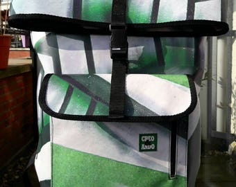 Backpack Rotterdam. Double closing very secure. It has outside clip closure and inside zipper of 39cm.