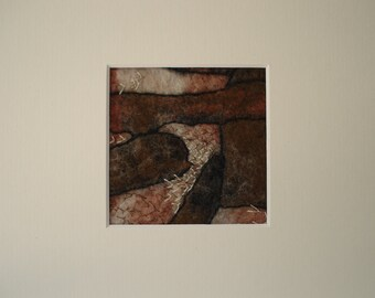 handgevilt schilderij en aardetinten, handgeborduurd en met passe partout.