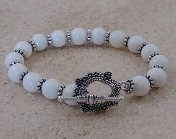 Whit freshwater shell bead bracelet