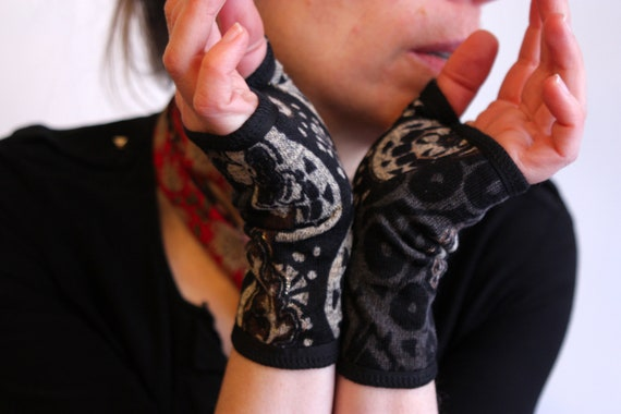 Short glove cuff Floral patterned and graphic black-grey-gold. Glove's original