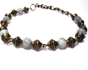 Bracelet vintage color bronze, mottled white glass beads
