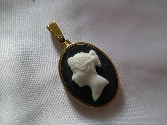 Beautiful vintage goldtone black and cream resin cameo pendant