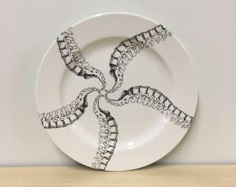 10.5 pouces colonne vertébrale Pinwheel spirale motif assiette, chiropraticien, colonne vertébrale, don de médicaments, médecin en cadeau, la vaisselle goth, halloween