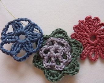 Crochet necklace: cotton flowers