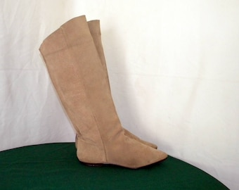 Sz 8 Vintage Tall Light Brown Suede 1980s Women flat Pirate Slouch boots.