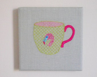 Tasse à thé en Flamant Rose Art mural. Broderie à la main.