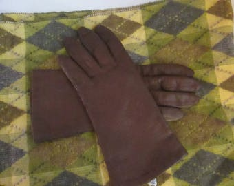 Vintage Chocolate Brown Leather Gloves! This Pair Comes in a Size 7 1/5. Add a Touch of Warmth to your Winter Wardrobe!