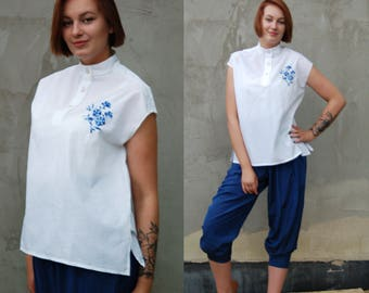 Vintage White Women Blouse with Blue Flower Embroidery, 90s Vintage Tshirt Vintage Women Top, Boxy Top, Short Sleeve Blouse High Neck Collar