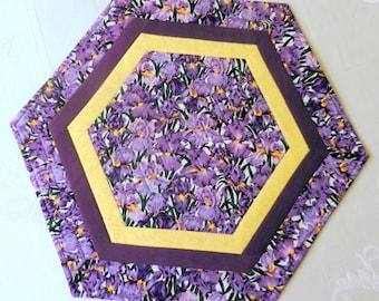 Gesteppt, Reversible Kerze Matte, Tisch Topper, Herzstück, Octagon, lila Iris und Bereich der lila Blüten, handgefertigte Tischwäsche