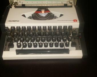 Typewriter Olympia Traveller de Luxe S - VINTAGE