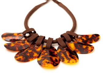 Elegant tortoiseshell necklace with smooth pieces , with a cotton cord to adjust to the desired size