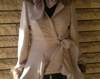 Optional and stylish women's coat made of wool and Tex lining.