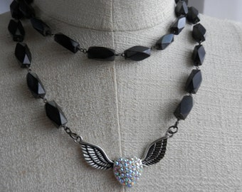 Coeur avec des ailes jumelé avec un collier en bois VINTAGE