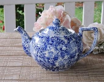 Laura Ashley Chintzware Blue sur pied Tea Pot, Tea Party, Staffordshire en Angleterre théière bleu et blanc