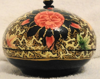 """Lovely vintage hand painted folk art from Kashmir 3.5""""W x 3""""H x 1""""D, ex used cond,vivid color for its age ,trinket treasure round box"""