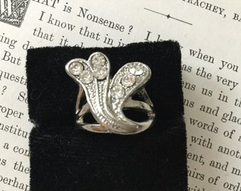 SALE! Unique vintage silvertone and rhinestone statement ring (A100)