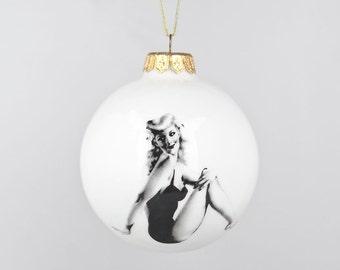 Handgemachte Christbaumschmuck mit Pin-Up Girl, weiße Weihnachtskugel, keramische Weihnachtsbaum Dekoration