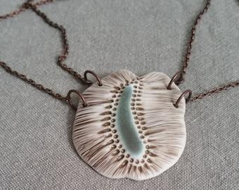 Samen - eine einzigartige porzellankette inspiriert von Bildern von mikroskopisch kleinen Samen.  Handgefertigte Keramik Schmuck.
