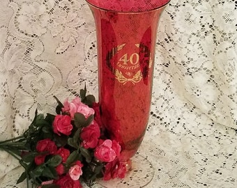 Mark a life milestone with this 40th anniversary vase in ruby red and gold