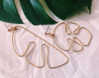 Asymmetrische Monstera Ohrringe, gold, handgefertigt, Modell Nr.5