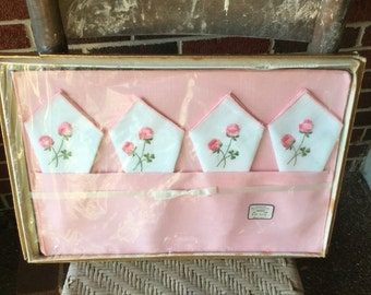 Vintage table linens/ place setting / set of 4 / home decor/ mat set / pink / white napkins with pink flowers