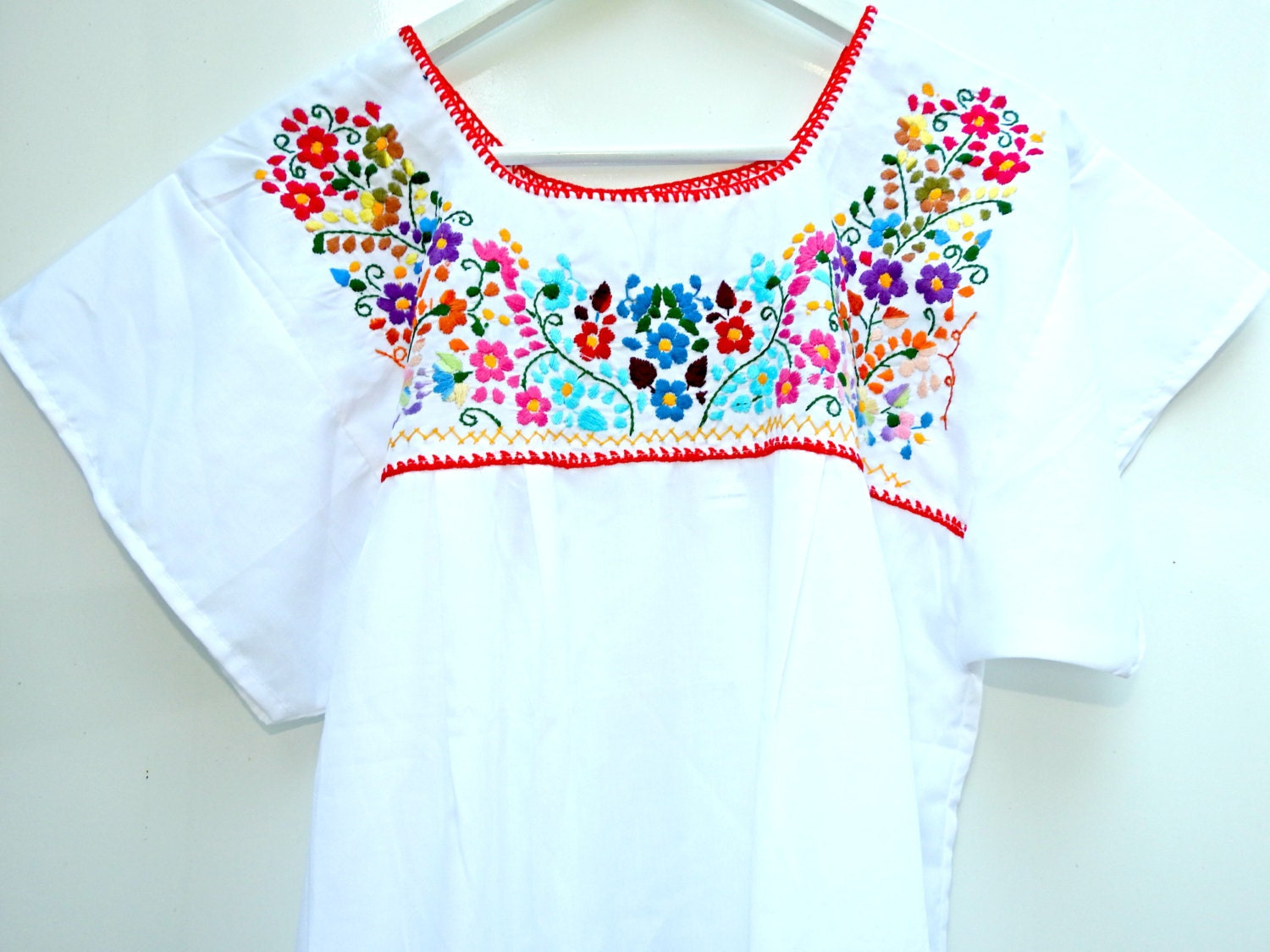 Embroidered puebla dress, white and with lace, for a unique boho style!