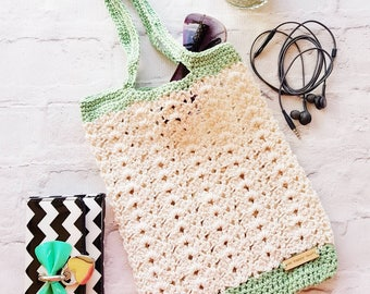 Summertime bag crocheted in cream and green cotton yarn.