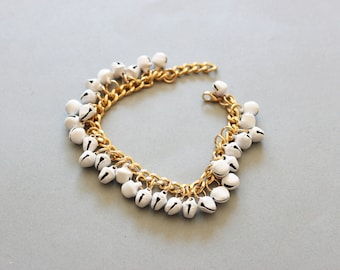White and gold bracelet with little bells, boho jewelry, beaded bracelet summer trend, elegant beads, chunky metal cuff, beach jewelry