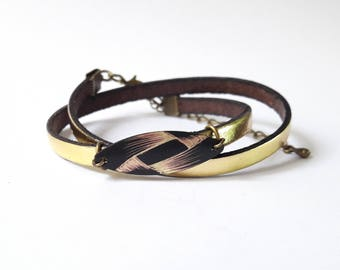 Leather Bracelet gold and sequin engraved with a graphic pattern reminiscent of a Ribbon.