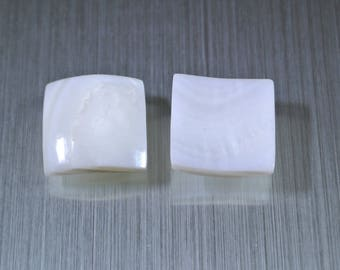 Set of 2 curved square White Pearl, 15 x 15 mm, thickness: 2 mm at the edges and 3 mm at the Center