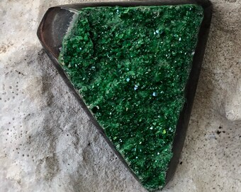Garnet uvarovite Druze cristalizzata. Cleopatrartstones