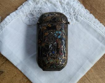 Boîte à allumettes pyrogène de poche en bronze à décor de joueur de flûte asiatique / Objet de curiosité / Antique Match Striker