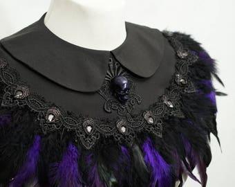 Skull purple feather black cape, Cape mit lila Federn und resin Totenschädel und Cabochons