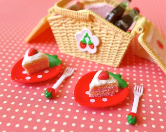 Strawberry Picnic Basket for Blythe & Barbie