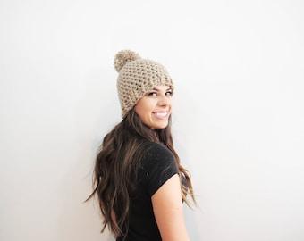 Chapeau de Pom Pom beige. Chunky Pom Pom Beanie. Lumière bonnet Tan. Femmes Pom Pom chapeau. Chapeau d'hiver femmes. Chapeau de Crochet beige. Taupe bonnet.