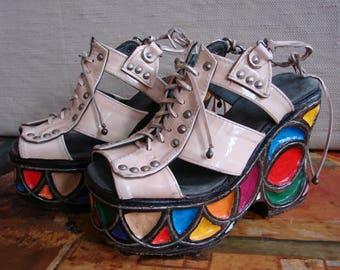 Jahrgang 1970 handgemachte Regenbogen Keile, Funky Art, Lackleder und Holz geschnitzt, High-Fashion-Plattformen, Eiche Sandalen, Catwalk-Qualität