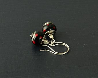 Rot schwarz Polka Dot Lampwork Ohrringe schwarz Handwerker Lampwork Ohrringe Schwarz Perlenohrringe, moderne Ohrringe, minimalistisch Ohrringe