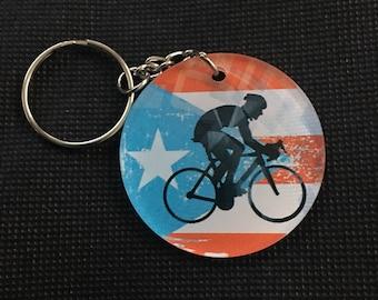 Ciclista con bandera de Puerto Rico