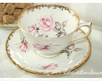 Aynsley, England: White tea cup & saucer with large pink rose