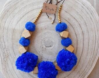 Hodei necklace. Pom-pom. Blue. Wood. Golden.