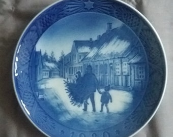Royal Copenhagen Christmas Plate 1980 Bringing Home The Christmas Tree. Vintage. Collectable Plates, Christmas Plates, Wall Decor, Wall Art