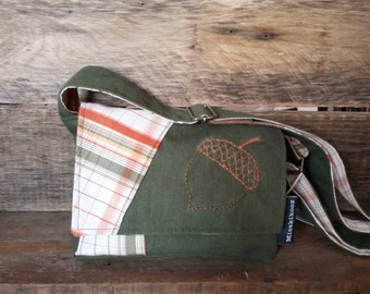 Small messenger bag green with an embroided acorn