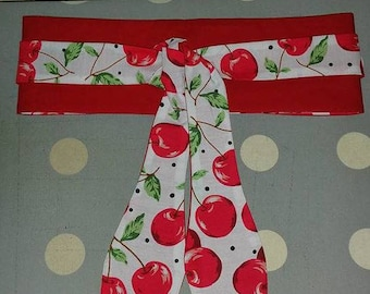 belt to tie in white fabric with cherries and red fabric. reversible... To match the bags... length around 217 cm