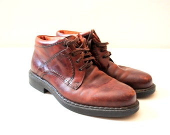 Classy vintage 90s brown genuine leather , ankle , laced up boots. Made by Johnston and Murphy in Italy. Size9.