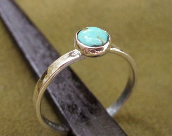 Simple silver ring with turquoise gemstone and hammer textured band - size 4
