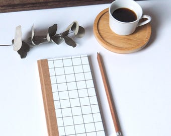 """Agenda 2018 de poche """"Carreaux"""". 128 pages, 1 semaine sur 2 pages. Mademoiselle Paper. Graphique, minimalisme, épuré."""