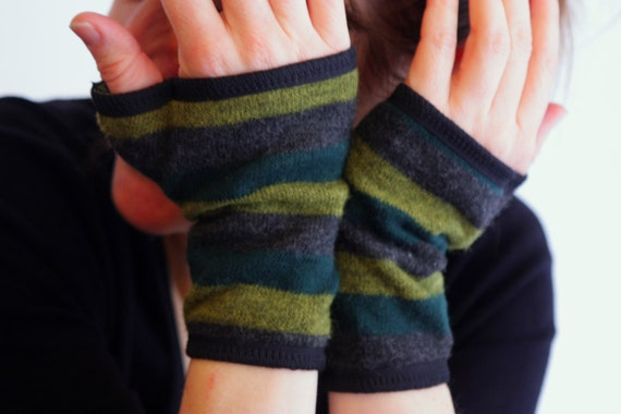 Short glove wool knit green and Grey Heather striped jersey cotton lining.