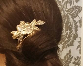 Comb with beautiful flowers of brass
